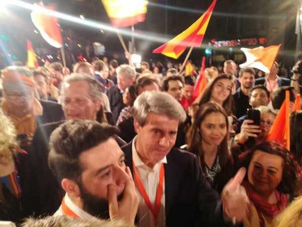 El hasta hace unas semanas presidente de la Comunidad de Madrid por el PP, Ángel Garrido, entrando en la sede del Ciudadanos para celebrar el éxito electoral de su nuevo partido, que ha pasado de 32 a 57 escaños con cerca del 90 por ciento de los votos escrutados.EFE/Juan Vargas.