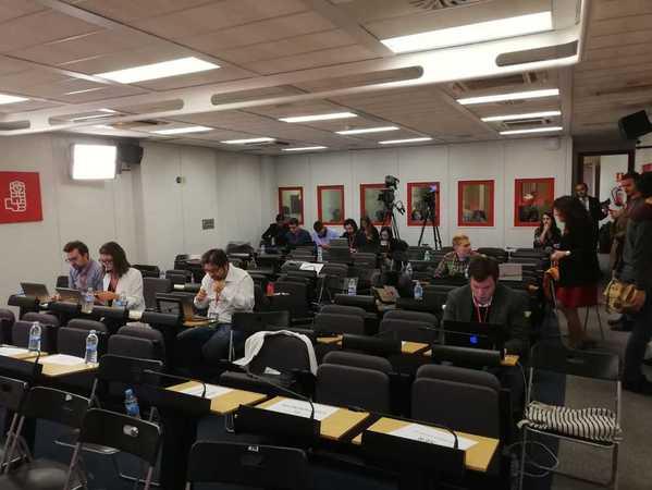 Los periodistas van ocupando sus lugares en la sede del PSOE en Ferraz. EFE/Laura Ramos