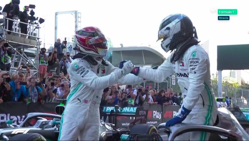 Los Mercedes se saludan.