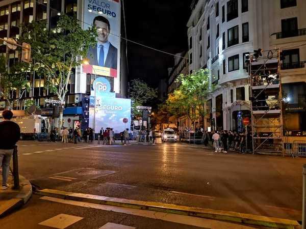 Pocos simpatizantes se han acercado a estas horas de la noche a la sede del PP en la calle Génova de Madrid. Con el 85 por ciento del voto escrutado la representación del Partido Popular ha pasado de 137 a 65 escaños. EFE/Pepi Cardenete.