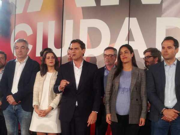 El líder de Ciudadanos, Albert Rivera, comparece ante los medios, acompañado por la plana mayor del partido, tras pasar de 32 a 57 escaños.EFE/Juan Vargas.