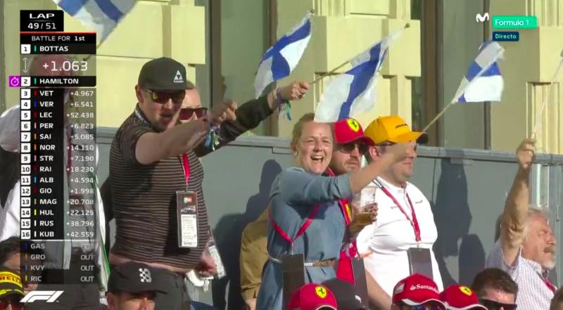 Finlandeses animando a Bottas en su lucha con Hamilton.