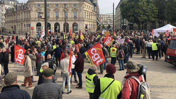 0788249bace Environ500 syndicalistes et quelques Gilets jaunes sont déjà rassemblés  devant la préfecture de la Sarthe au Mans. Ils devaient défiler dans les  rues de la ...