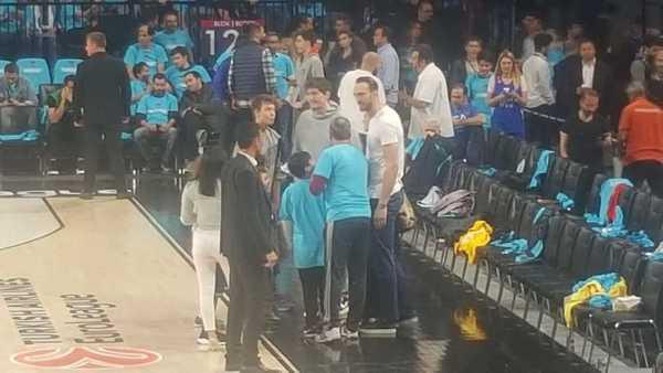 Osman y Erden, estrellas turcas en la NBA, están de espectadores en el pabellón