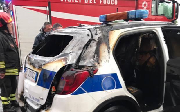 Un coche de policía, quemado                              FOTO: GAZZETTA DELLO SPORT