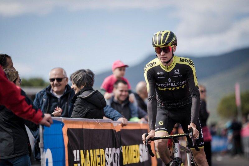 LUCAS HAMILTON (Mitchelton Scott) es un joven muy prometedor. Este 2019 ha ganado la general de la Semana Coppa y Bartali. Hoy está en la escapada del Giro de Italia
