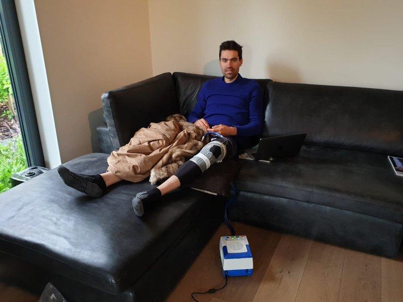 TOM DUMOULIN (Sunweb), recuperándose en casa de la lesión y viendo el Giro de Italia 2019
