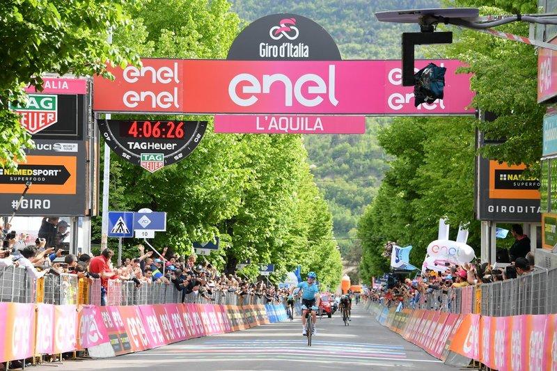 PELLO BILBAO (Astana), ganador de la 7ª etapa en L'Aquila llegando a meta en solitario