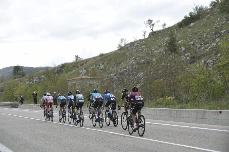 Los 10 escapados, planteando un gran pulso al pelotón en esta 7ª etapa del Giro de Italia 2019