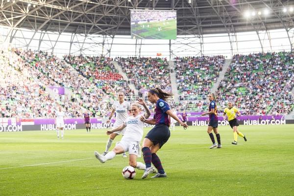 Alexia intenta un centro ante una jugadora del Lyon FOTO: PERE PUNTÍ