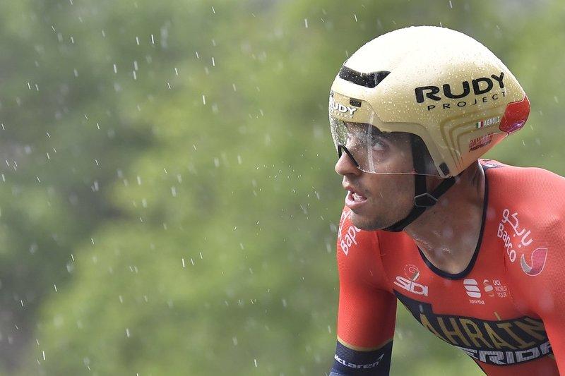 VALERIO AGNOLI (Bahrain), contemplando la lluvia de hoy en el Giro
