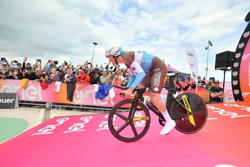 NICO DENZ (AG2r), el primero en tomar la salida en esta contrarreloj del Giro