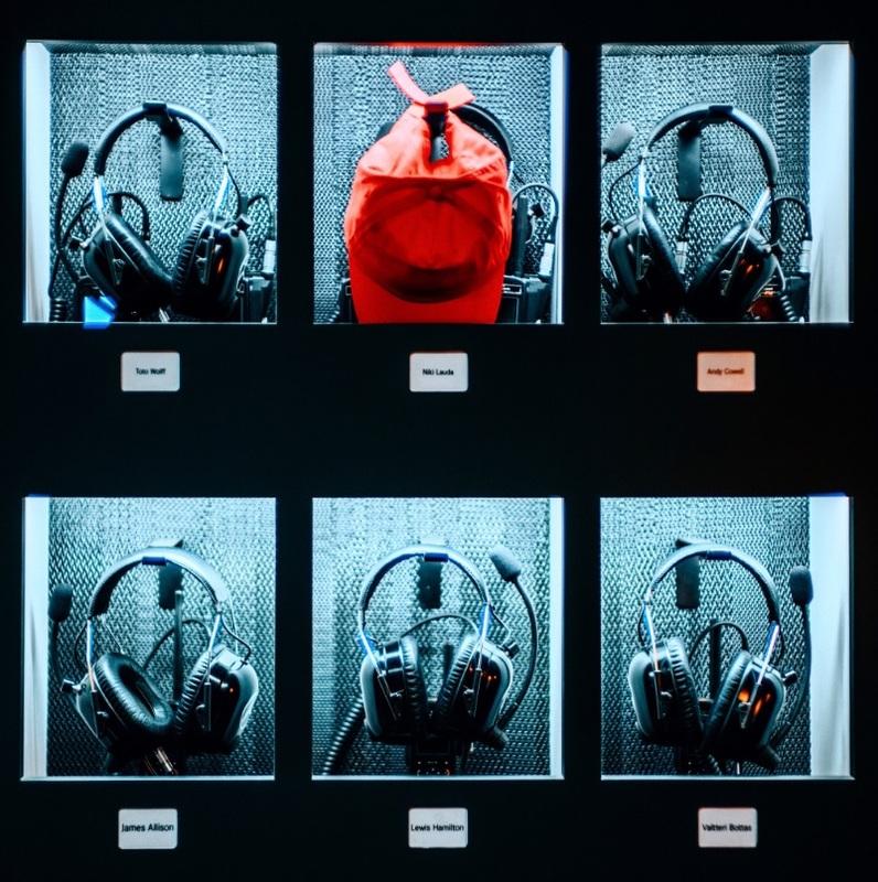 La gorra de Lauda, con sus cascos, en su taquilla en el box de Mercedes