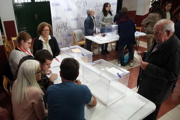 Una votación en un colegio electoral en las pasadas elecciones del 26 de abril. / EFE