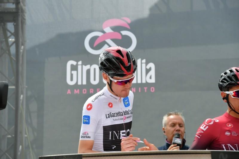PAVEL SIVAKOV (Ineos) lleva hoy el mallot de mejor joven del Giro. Cuenta con Iván Ramiro Sosa en el grupo de escapados