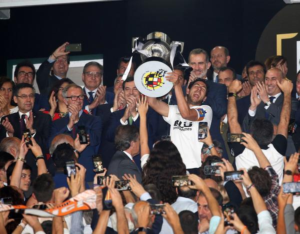 Parejo levantando la Copa. Foto: Pep Morata