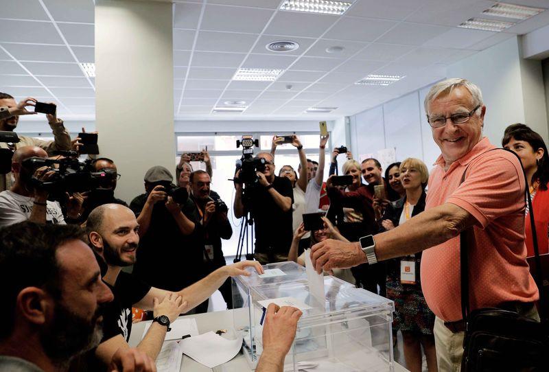 El alcalde en funciones y candidato de Compromís a la reelección, Joan Ribó, ejerce su derecho al voto durante la jornada electoral. EFE/Manuel Bruque