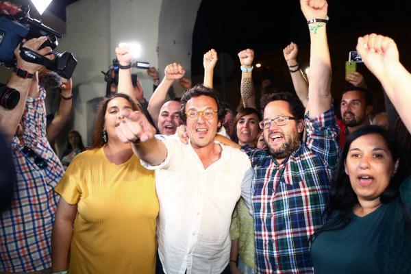 En la Peña Juanito Villar, donde Adelante Cádiz ha celebrado su victoria, Kichi y sus seguidores han coreado 'Cádiz resiste, Cádiz, resiste'. El alcalde, visiblemente contento, ha animado a celebrar la victoria esta noche para ponerse mañana mismo 'a trabajar' y ha apuntado que este triunfo le hará volver a gobernar la ciudad otros cuatro años con 'humildad' y 'responsabilidad'. (EFE/Román Ríos)