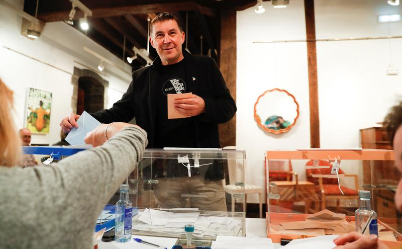 El coordinador de EH Bildu, Arnaldo Otegi, ha votado  en la casa de cultura de Elgoibar (Gipuzkoa). EFE/Javier Etxezarreta