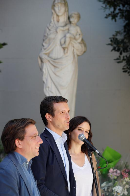 Pablo Casado ha posado con los candidatos del PP por Madrid en el Colegio Nuestra Señora del Pilar, donde ha afirmado que las elecciones de este domingo representan un 'contrapeso' respecto a las generales y permitirán 'controlar y atenuar' los efectos de las medidas del Gobierno.  EFE /Zipi