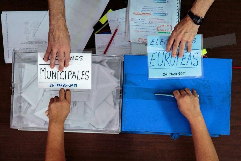 Más de 35 millones de ciudadanos están llamados a votar en las elecciones municipales y otros 37 millones en las europeas. EFE/Biel Aliño