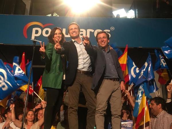 En Génova celebran los resultados en la Comunidad de Madrid y en el Ayuntamiento. José Luis Martínez Almeida asegura que 'el cambio ha llegado a la ciudad de Madrid hoy, y el PP liderará ese cambio'. Y le dice a Pablo Casado: 'El Palacio de la Moncloa se gana desde Madrid'.(Imagen de Ana Márquez)