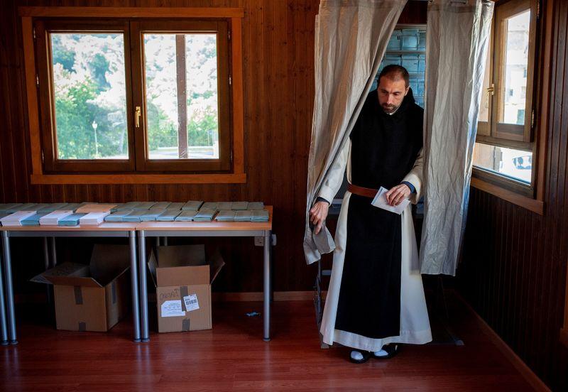 La participación para las elecciones europeas a las 14 horas es de 34,68 %, casi 11 puntos más que en 2014. En la imagen, un monje del Monasterio de Oseira tras escoger la papeleta en la mesa electoral situada en esta localidad de San Cristovo de Cea. EFE/Brais Lorenzo