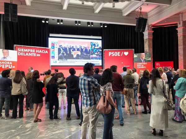 A la espera de la comparecencia de los candidatos del PSOE en Madrid. Ángel Gabilondo y Pepu Hernández. (Informa Esperanza Roda)