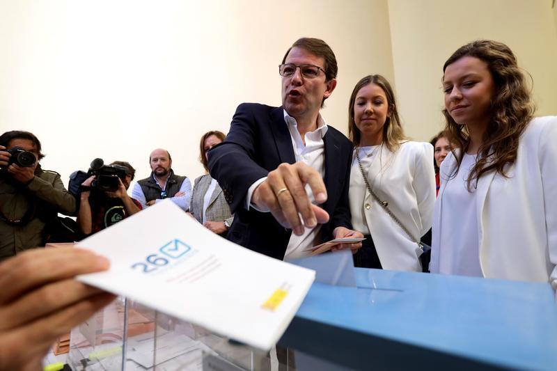 El candidato del PP a la Presidencia de la Junta de Castilla y León, Alfonso Fernández Mañueco, ejerce su derecho al voto en Salamanca.EFE/J.M.García