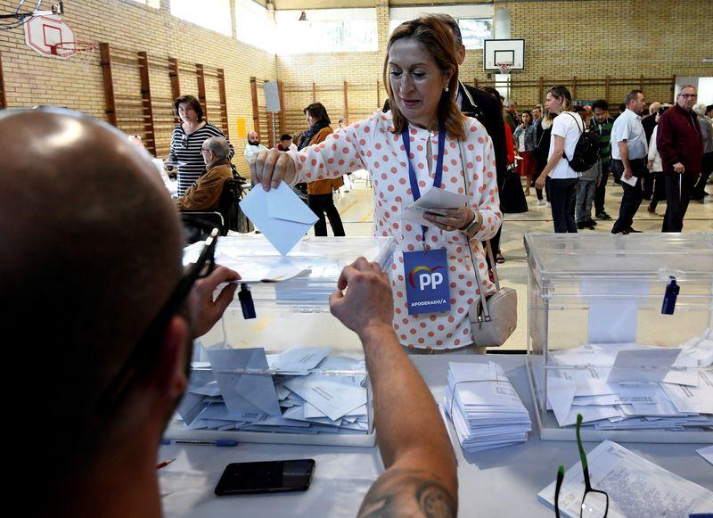 La vicepresidenta del Congreso de los Dipuatdos Ana Pastor, ejerce su derecho a voto en el colegio de Campolongo de Pontevedra EFE / Salvador Sas