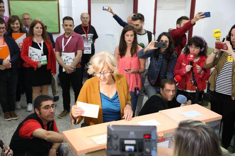 La alcaldesa de Madrid y candidata a la reelección, Manuela Carmena, vota esperando tener 'buena nota' en el 'examen' de los comicios. Foto cedida por Más Madrid.