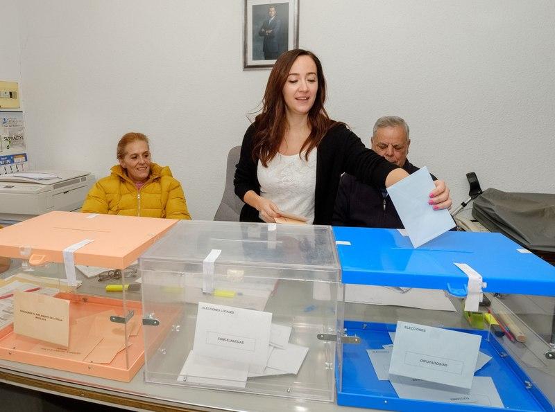 Los ocho vecinos censados en el municipio riojano de Villarroya han tardado setenta segundos en votar y se ha dado por cerrado el colegio electoral en noventa. EFE/Abel Alonso