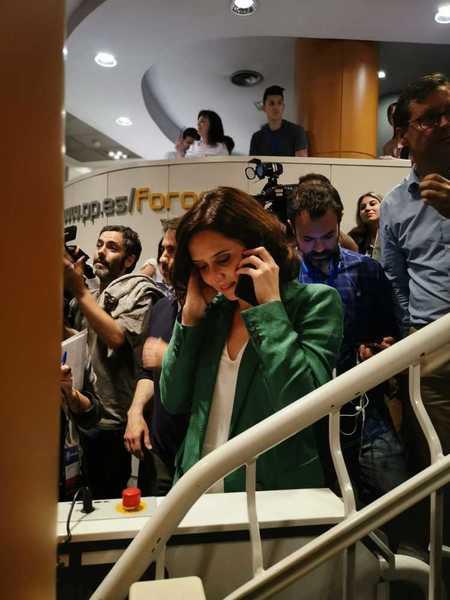 Isabel Díaz Ayuso, en la sede del PP. Licenciada en Periodismo (40 años), fue seis años parlamentaria en la Asamblea de Madrid para pasar después al Gobierno regional de la mano de Cristina Cifuentes. La polémica ha rodeado no pocas de sus declaraciones en campaña, pero ella está convencida de que no le habría ocurrido a un candidato hombre (Imagen de Pepi Cardene/EFE)