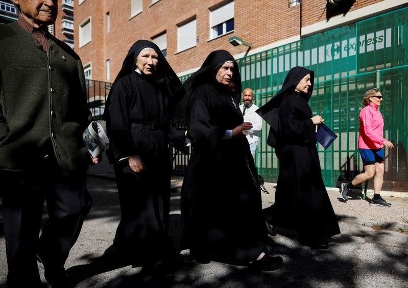 Una imagen ya clásica de la jornada electoral. Un grupo de monjas acude a un centro de votación en el centro de Madrid.- EFE/David Fernández