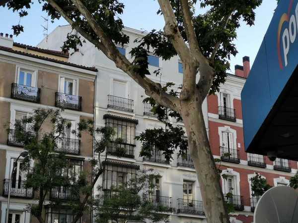 Banderolas de Más Madrid en un domicilio frente a la sede del PP en la calle Génova. Carmena ganaría las elecciones municipales en Madrid y podría retener el ayuntamiento, según las encuestas publicadas tras el cierre de colegios. EFE/Pepi Cardenete-Ana Márquez