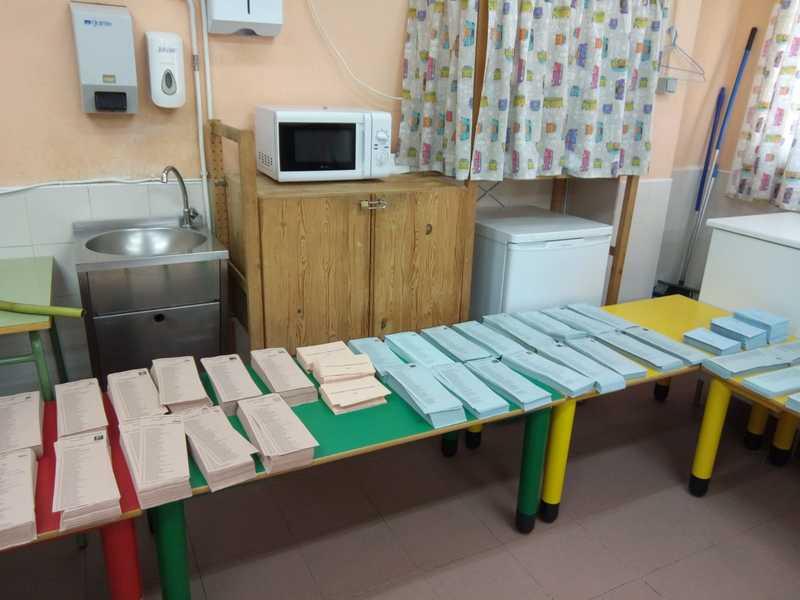 Las papeletas de la mesa electoral del colegio La Navata de Galapagar donde va a votar la diputada de Unidas Podemos Irene Montero. EFE/Teresa Díaz