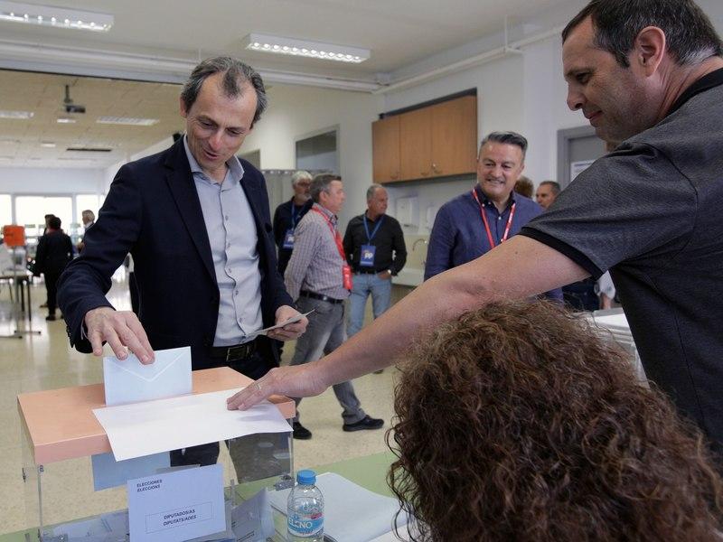 El Ministro de Ciencia en funciones, Pedro Duque, ejerció su derecho al voto en su colegio de Jávea (Alicante).EFE/ Natxo Francés