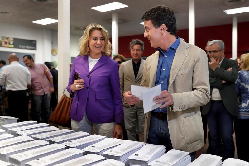 El ex primer ministro francés y candidato a la alcaldía de Barcelona Manuel Valls, junto a su compañera Susanna Gallardo, se dispone a votar en el colegio Santa Miquel de Barcelona, en las elecciones municipales y europeas que se celebran este domingo. EFE/Toni Albir
