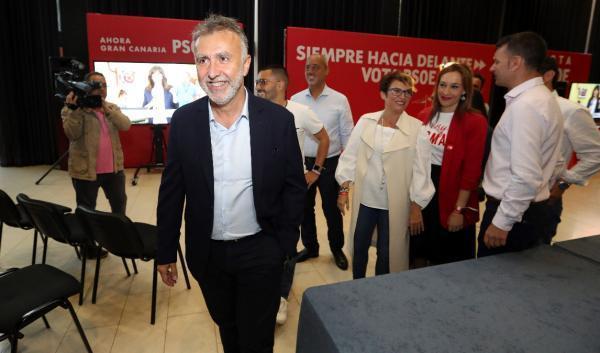 El candidato del PSOE a la presidencia del Gobierno de Canarias, Angel Víctor Torres, saluda a los periodistas a su llegada este domingo a la sede electoral de este partido. EFE/Elvira Urquijo A.
