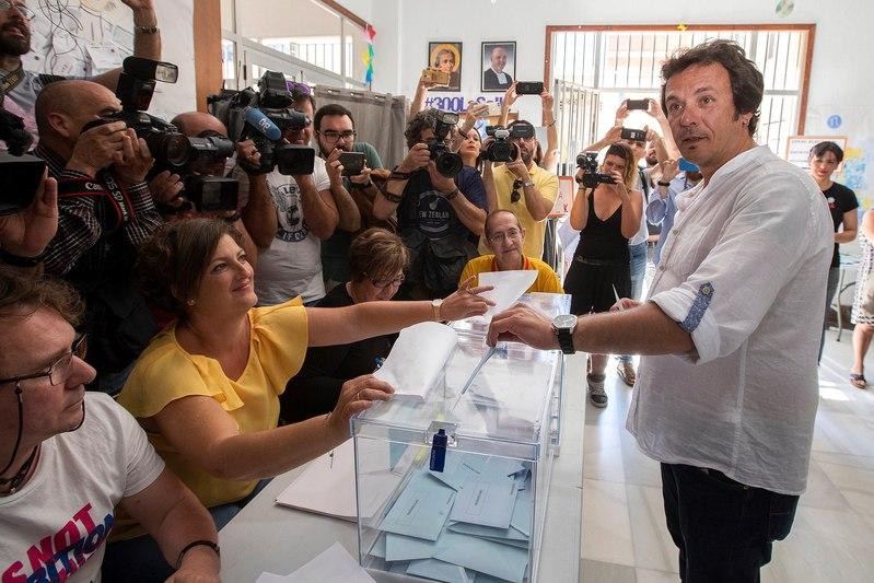 El alcalde de Cádiz y candidato a la reelección, José María González 'Kichi', vota en el colegio La Salle-Viña de Cádiz, hoy 26 de mayo en el que coinciden en Andalucía las elecciones municipales y al Parlamento europeo. EFE/Román Ríos