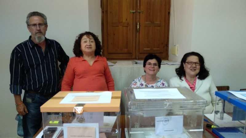 Mesa electoral de Paredes de Sigüenza (Guadalajara). A esta hora han votado 13 de sus 18 censados. La mesa les espera. EFE/Sagrario Ortega