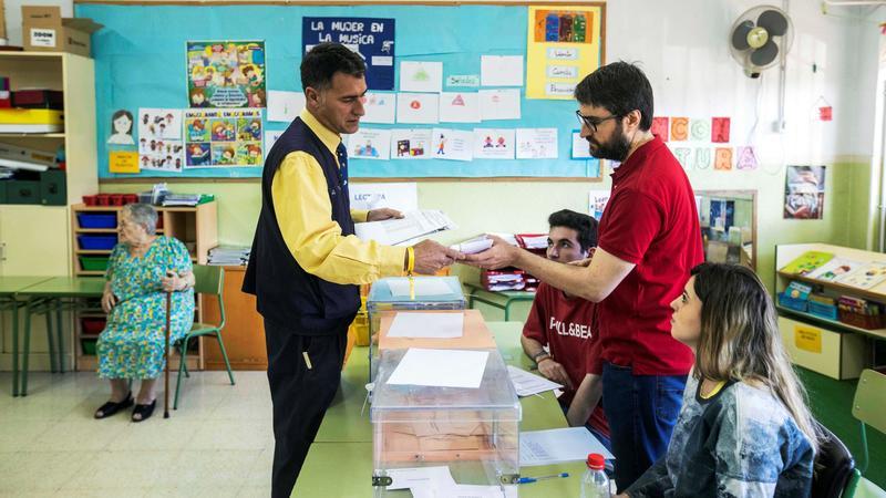 Un cartero entrega el voto por correo en una mesa electoral del Colegio San Andrés en Murcia, hoy durante la jornada electoral. Un total de 904.062 ciudadanos han enviado su voto por correo para las elecciones europeas, autonómicas y municipales. EFE/Marcial Guillén