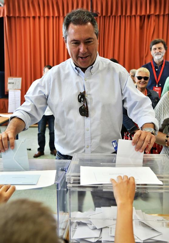 El alcalde de Sevilla y candidato a la reelección por el PSOE Juan Espadas, ejerce su derecho a voto en un colegio de Sevilla.- EFE/ Raúl Caro.