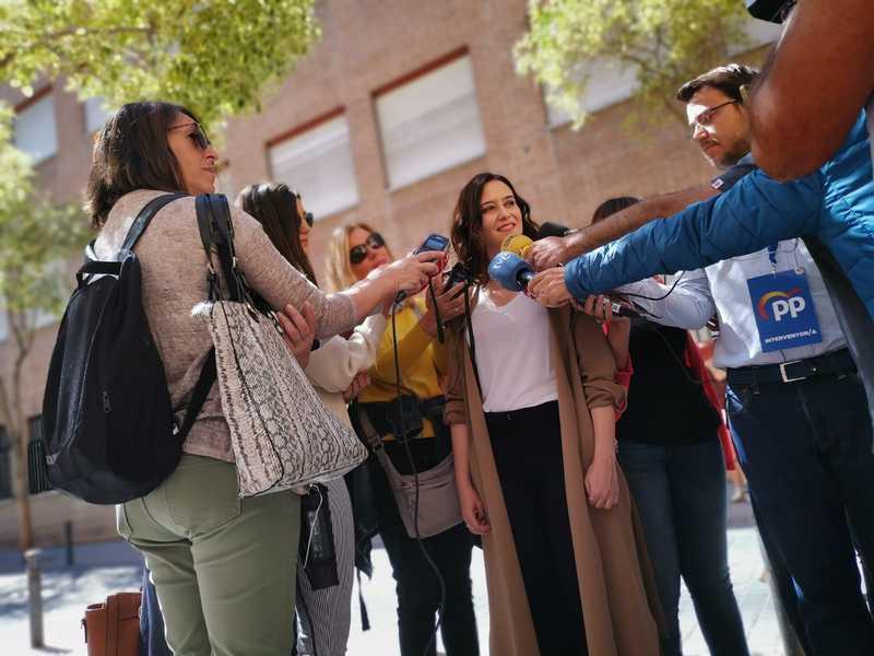 La candidata popular a la Comunidad de Madrid, Isabel Díaz Ayuso, atiende a los medios después de votar. EFE/Pepi Cardenete