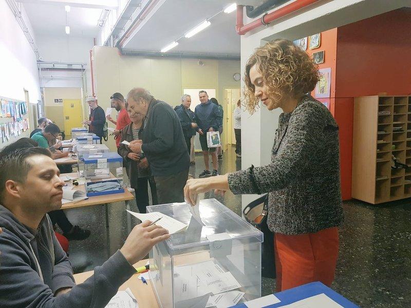 La presidenta del Congreso de los Diputados, Meritxell Batet, ha votado hoy en Barcelona y ha indicado que se trata de una 'jornada crucial' en la que los ciudadanos han de decidir si 'seguir avanzando en igualdad, progreso y convivencia'. Imagen de la cuenta de Twitter de la política socialista.
