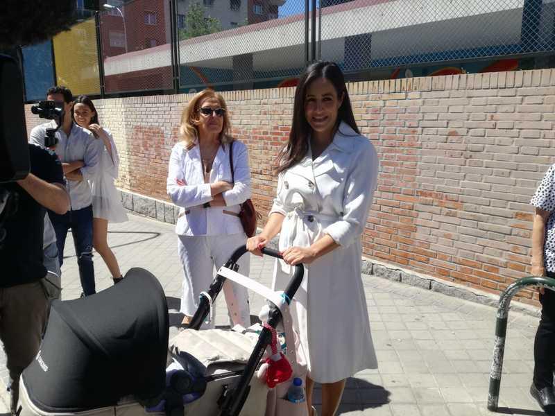 Begoña Villacís sale del colegio Asunción Rincón, donde ha votado; pasará el resto del día en familia antes de ir a seguir el escrutinio a la sede de Ciudadanos. EFE/Juan Vargas