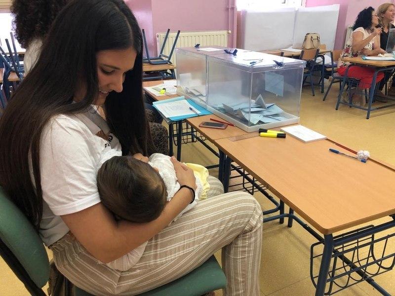 Isabel Avilés, una vecina de Arahal (Sevilla), ha amamantado a su hijo de 10 meses en la mesa electoral en la que está como presidenta al no aceptar la Junta Electoral su recurso para no ser parte de la mesa. EFE/Fermín Cabanillas