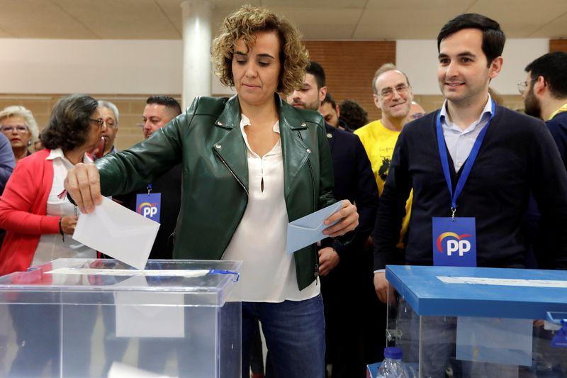 a cabeza de lista del PP al Parlamento Europeo, Dolors Montserrat, vota en el Casal d'Entitats de Sant Sadurní d'Anoia (Barcelona), acompaña por el alcaldable popular en la localidad, Carles Jiménez (d), en las elecciones municipales y europeas que se celebran este domingo. EFE/Susanna Saez
