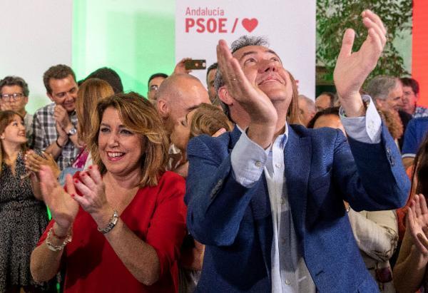 La secretaria general del PSOE-A, Susana Díaz, y el alcalde de Sevilla y candidato a la reelección, Juan Espadas, aplauden junto al resto de los compañeros de partido. El PSOE ha ganado ampliamente las elecciones municipales en esta comunidad con casi el 37 % de los votos, por lo que ha superado en más de diez puntos al PP, y conserva la capital hispalense a tres escaños de la mayoría absoluta. EFE/Julio Muñoz