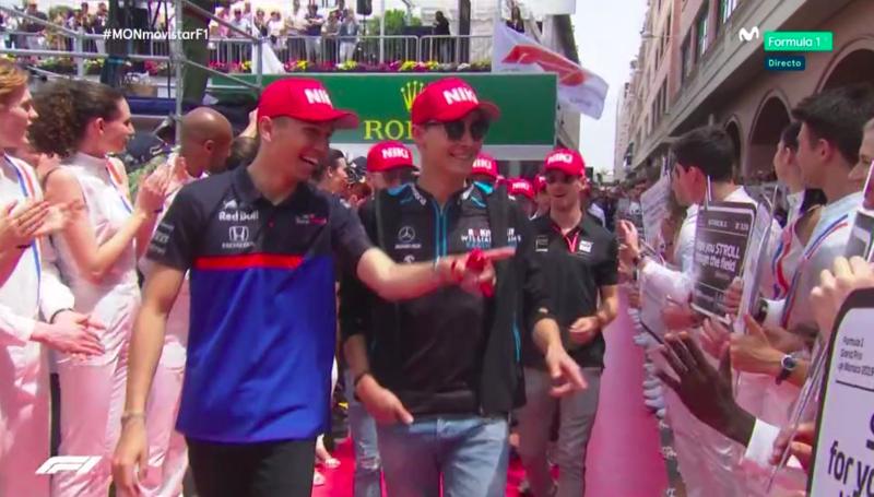 Los pilotos se pasean por la alfombra roja antes de rendir homenaje a Niki Lauda.